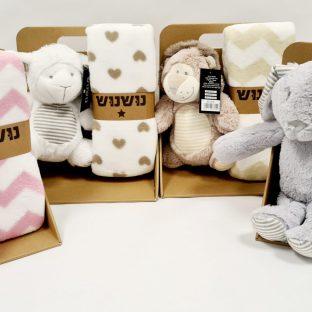שמיכת תינוק עם בובה מתוקה בקופסא – נושנוש