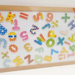לוח עץ מגנטי עם אותיות באנגלית